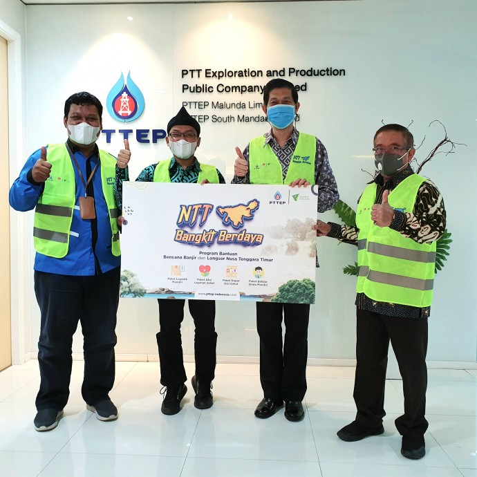 csr kesehatan Donates Aid for Flood and Landslide Victims in NTT, PTTEP: We Hope the People Will Revive